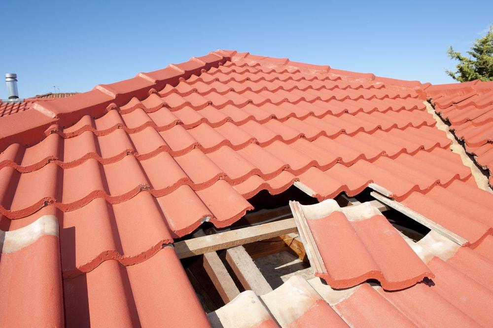 como cambiar una teja del techo