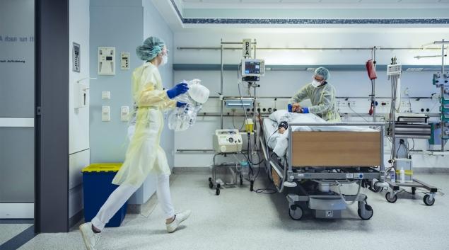 Trabajadores hospitalarios en EPP que tratan a pacientes